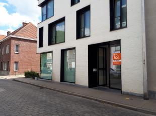 Dit 2 slaapkamer appartement is gelegen op de 2e verdieping (lift aanwezig) van een kleine en standingvolle residentie in het centrum van Sint-Denijs