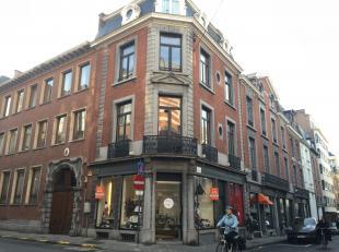 Deze winkel beschikt over 10 meter etalage op de hoek van de Henegouwenstraat met de Gouvernementstraat. Oppervlakte 55m² + kelder. Vrij vanaf 16