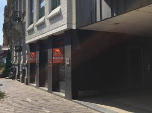 Leuke handelsruimte, ideaal voor koffiehuis, klein kantoor etc... mooie gevelbreedte (3 brede ramen). In de onmiddellijke nabijheid van toppers als Vr