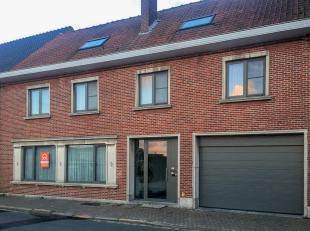 Te huur in Boekhoute : gelijkvloers appartement met inkomhal, toilet, leefruimte, open keuken, 2 slaapkamers, 2 badkamers, berging, kelder, terras en
