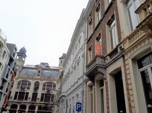 Verhuurd! Dit mooi gerenoveerde appartement nabij ' De Vooruit' heeft een inkomhal, gezellige leefruimte met plankenvloer, 2 slaapkamers (of 1 + buree
