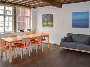 Gerenoveerde woning met kwalitatieve afwerking en behoud van authenticiteit. Deze woonst is gelegen op een toplocatie in het historisch stadscentrum,