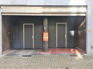 Ruime autostaanplaats met een zeer gunstige ligging in het centrum van Gent! Alles ligt op wandelafstand. De inrit van de afgesloten parking is gelege