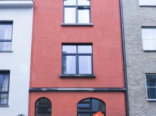 Recent vernieuwde lichtrijke studio op de eerste verdieping. Uitstekende locatie in centrum van Gent. Gelegen in een rustige zijstraat van de gekende