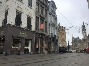 Super ligging voor dit authentieke, classicistische handelspand van om en bij de 120m² gelijkvloers aan de Kortemunt - Groentenmarkt, tussen de L