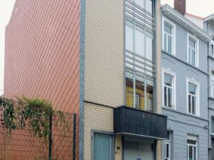 Grote woning nabij centrum Gent gelegen in een rustige straat. Zeer solide gebouw, gebruik van kwaliteitsvolle materialen.Op het gelijkvloers bevindt