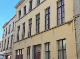 Dit ruime duplex appartement bevindt zich in de Begijnengracht (tussen Burgstraat en Hoogstraat) en is dus zeer centraal gelegen in centrum Gent! De i