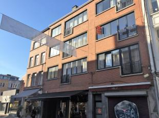 Zeer lichtrijk appartement op de eerste verdieping van een kleine residentie in de Kortedagsteeg. Vrij vanaf 1 oktober.Inkom, toilet, leefruimte, badk