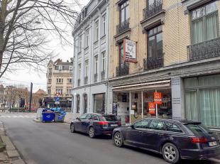 Commerciële ruimte met ideale ligging en veel passage gegarandeerd nabij station Gent-Sint-Pieters.Het handelspandbiedt een goede zichtbaarheid d