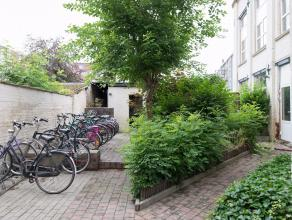 Dit opbrengstpand heeft 10 erkende woonentiteiten en is gelegen in een uiterst aangename vernieuwde straat, waar men een vlotte verbinding heeft naar