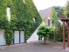 Deze charmante villa is gelegen op een toplocatie net buiten Leuven, op 5 minuten wandelen van het centrum en op 500 m van de oprit autostrade E313-E3