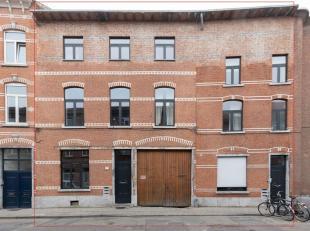 Prestigieus gebouw waarin 4 zeer ruime appartementen en 2 ateliers in gehuisvest zijn.In het verleden waren dit 2 aparte studentenhuizen maar zijn rec