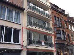 Lichtrijk ruim vernieuwd appartement in centrum van Leuven. Het gebouw waarin het appartement zich bevindt is voorzien van een lift.<br /> De indeling