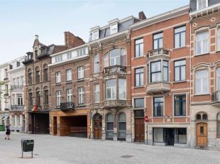 Dit statig herenhuis met veel mogelijkheden is gelegen op het Ladeuzeplein in hartje Leuven. <br /> Het gebouw bestaat uit een handelsgelijkvloers en