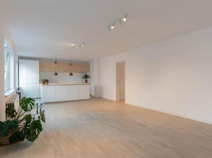 Nog mogelijkheid tot aankoop met woonbonus! Dit volledig gerenoveerd 2 slaapkamer-appartement met (dubbele) autostaanplaats is gelegen aan de gezellig
