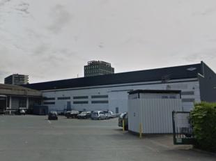 Magazijn centraal gelegen op te Anderlecht ( Brussel ), vlotte omsluiting via E19, E40 en de ring rond Brussel . De unit beschikt is gelegen langs het