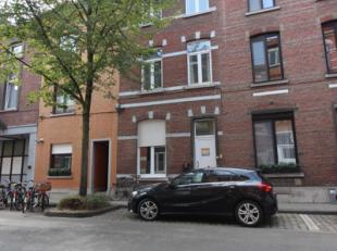 Cette propriété près du centre de Louvain car 2 studios et 3 chambres d'étudiant. Il y a encore 1 studio disponible &agrav