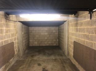 Welgelegen afgesloten garagebox op de kruising van de Prosper Poulletlaan en Remi Vandervaerenlaan. Vlotte verbinding zowel vanuit het centrum als van
