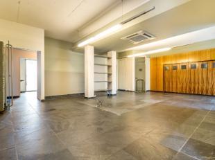 Deze commerciële-/kantoorruimte situeert zicht op een strategische ligging nabij de Leuvense ring. Op het gelijkvloers is er 160m2 bruikbare vloe