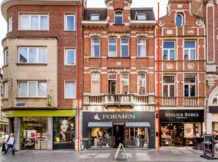 Dit welgelegen handelshuis situeert zich in de Diestsestraat te Leuven. Achter deze prachtige gevel bevinden zich een handelsgelijkvloers (verhuurd aa