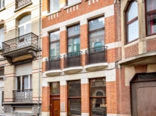 Statig herenhuis met twee verdiepingen aan praktijkruimtes in een rustige straat tussen de centrale Bondgenotenlaan en het Ladeuzeplein met ruime park