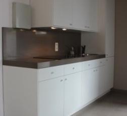 Gerenoveerd appartement met volgende indeling:<br /> leefruimte met open keuken, badkamer en 1 slaapkamer.<br /> <br /> Gemeenschappelijke kosten: 25