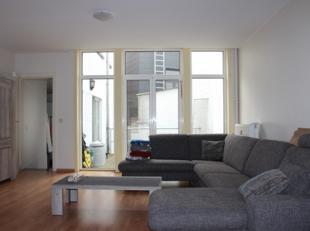 Voor wie centraal maar toch ruim wil wonen, is dit het ideale appartement.<br /> <br /> Het appartement omvat: een inkomhal met ingebouwde kast, apart