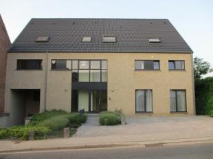 Duplex appartement gelegen te Heverlee met twee slaapkamers, grote living en terras met zonnescherm. Volledig geïnstalleerde keuken, parketvloer