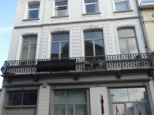 Situé près de la Place Jourdan, des transports et commerces, bel appartement situé au 2ième étage comprenant un gra