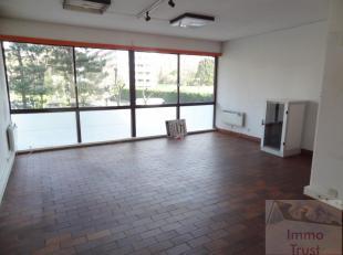 A proximité de l'ULC et du Boulevard de la Woluwe, espace bureau de +/- 100 m² comprenant: --un hall d'entrée-- bureau 1 de +/- 25