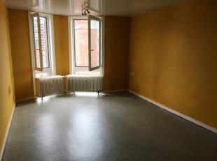 Leuk flatje te huur in Leuven Centrum! Dit appartement ligt vlakbij het station van Leuven, winkelstraten en supermarkten. Het flatje zelf is gelegen