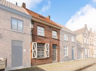 Woning te huur in de historische stadskern van Brugge met binnenkoer en bijhuisje. Openbaar vervoer, supermarkt, school, winkels, verbindingswegen...