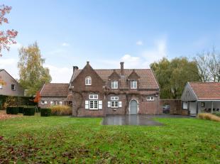 Landelijk gerenoveerde villa uit 1975 op een perceel van maar liefst 18a waarbij men bewust de prachtige authentieke elementen behield. De totale woon