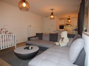 Dit appartement op de eerste verdieping is gelegen in het centrum van Nijlen, Het beschikt over een inkomhal, een ruime leefruimte en keuken, een berg