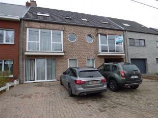 Dit duplex appartement is gelegen in het centrum van Berlaar (1ste en 2de verdieping). Op de eerste verdieping bevinden zich een inkomhal, een ruime l