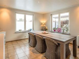 Deze gerenoveerde gezinswoning is centraal gelegen op de verbindingsweg van Lier naar Aarschot. Op de benedenverdieping bevinden zich een inkomhal met