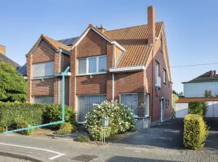 In www.reigersvliet7.be in Kortrijk stellen we jou graag deze halfopen woning voor.  De woning, gelegen in een doodlopende straat, beschikt over een l