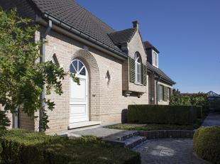 In de www.guldensporenstraat57-2.be in Wevelgem stellen we jou graag deze alleenstaande woning voor.  In 1992-93 werd deze villa zeer kwalitatief gebo