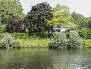 Langs de boorden van de Leie, verscholen in het groen, vinden we deze architecturale villa.  Het jaagpad brengt je met de fiets of te voet onmiddellij