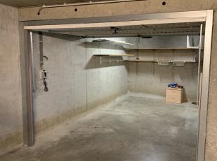 Deze garagebox is toegankelijk via een autolift die bedienbaar is met afstandsbediening.  <br /> De garagebox zelf heeft een elektrisch gestuurde kant