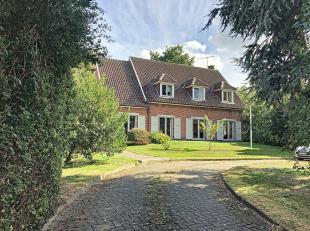 Traditionele villa gebouwd in 1973 op 20 are, gelegen in de nabijheid van het centrum Overijse. Living met open haard en eetplaats: 50 m², super