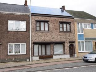 Erg ruime woning op centrale ligging nabij het centrum van Leopoldsburg bestaande uit: inkomhal, leefruimte met bureau, zit- en eethoek, grote ge&iuml