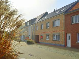 Zeer ruim (149m²) en recent gelijkvloers appartement gelegen in het centrum van Stelen, Geel.Zeer centrale ligging ! De kleuter en lagere school,
