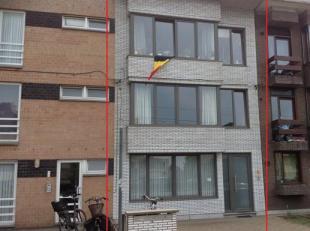 GEEL-CENTRUM, op wandelafstand van het station: Dit gelijkvloers appartement bestaat uit een inkomhal, woonkamer, keuken, nachthal, badkamer, berging,