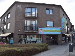 Centraal gelegen commerciële ruimte met een oppervlakte van bijna 400m² met een etalage/gevelbreedte van 36m! Naast de winkelruimte beschikt