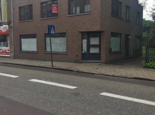 Appartement gelegen op wandelafstand van het station van Geel en de winkelstraat!<br /> Dit pand bestaat uit:<br /> - inkomhal<br /> - woonkamer<br />