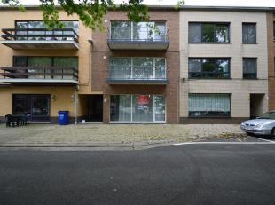 Volledig gerenoveerd gelijkvloers appartement, bestaande uit:<br /> - zeer ruime woonkamer met veel lichtinval<br /> - geïntegreerde geïnsta