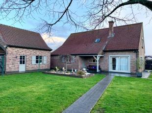 Deze ruime villa heeft verschillende troeven.<br /> Op het gelijkvloers bevinden zich, een ruime inkomhal met gastentoilet, zeer ruime L-woonkamer met