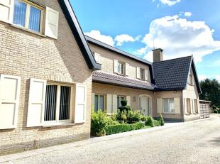 Deze volledig instapklare villa heeft zeer veel potentieel. Qua ligging ideaal voor een zelfstandige of samengesteld gezin. Vooraan aan oprit zijn 2 p