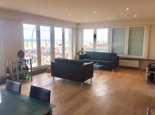 Dit zeer ruim en recent gerenoveerd hoek-appartement is gelegen op de zeedijk met frontaal zeezicht. U komt binnen via de lange gang met ingebouwde pr